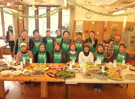旬菜家庭料理レストランのスタッフと料理の写真