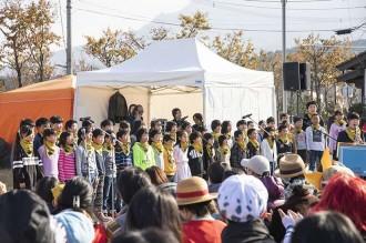 阿蘇小学校4年生児童による「ウィーアー!」の合唱