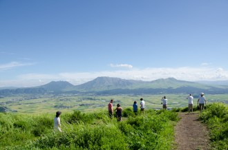 大観峰を散策する人々
