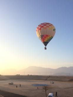 朝焼けの中の熱気球