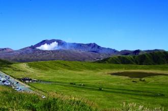 草千里から見た阿蘇中岳の噴気